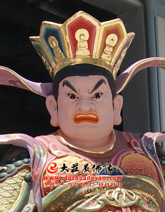 西方广目天王彩绘佛像正面近照